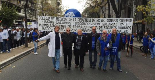 Colegio de Médicos y AMRA en la marcha de protesta.